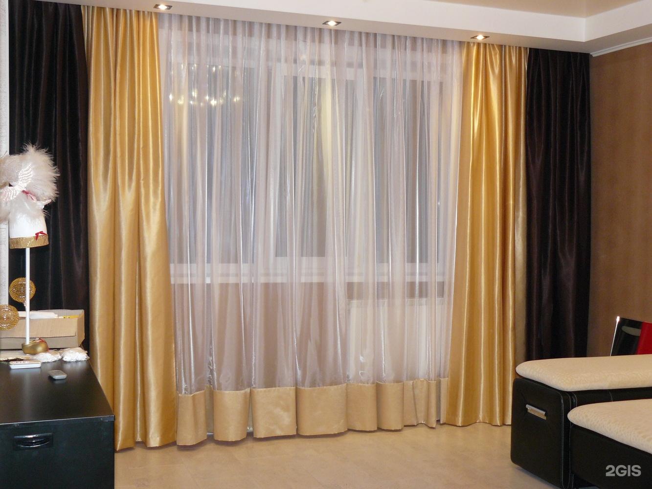 Шторы для зала выполняются в стилистическом решении всего ин.