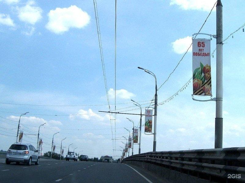 обязательно рекламные флаги на столбах полностью облегает тело