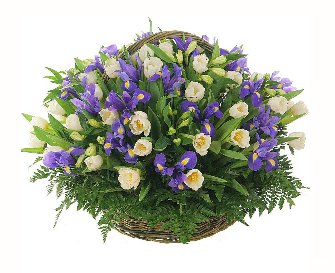 Букет из весенних цветов в бело синей гамме, день святого