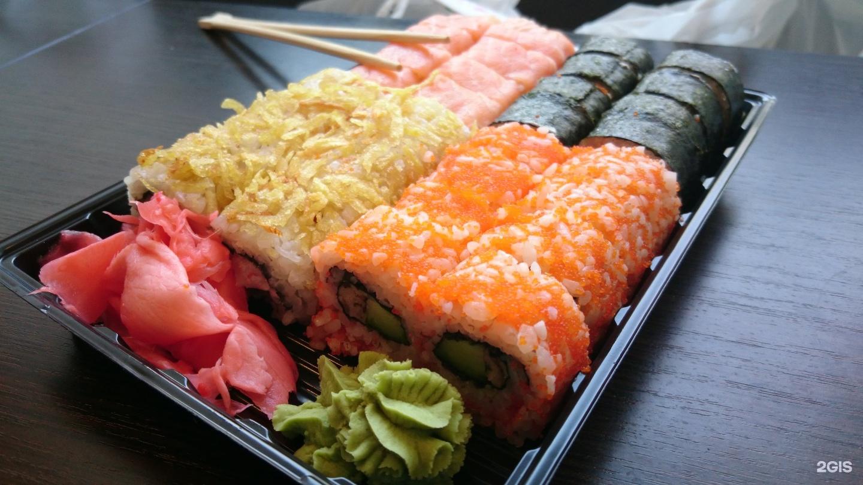 Лава любимый ролл под соусом лава с икрой летучей рыбы и морским гребешком, начинка на выбор.